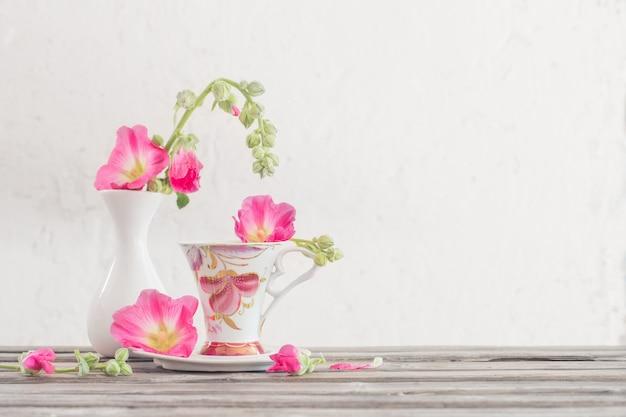 Stilleven met roze kaasjeskruid