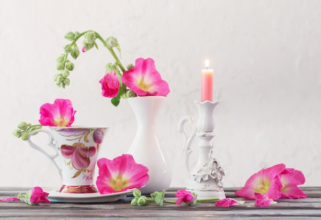 Stilleven met roze malve op wit