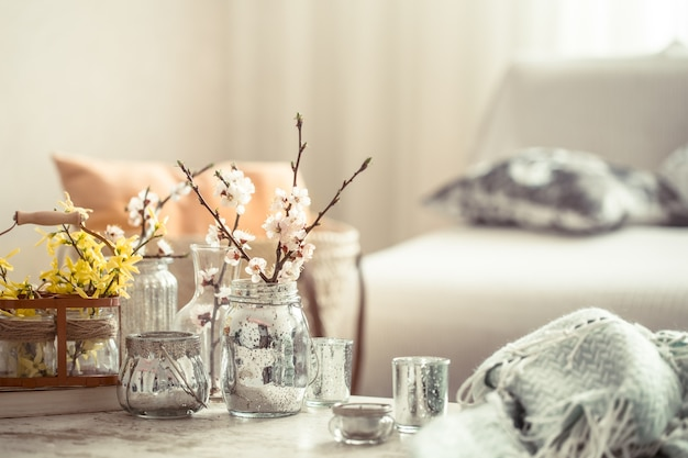 Stilleven met vazen met lentebloemen in de woonkamer