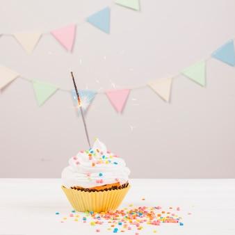 Stilleven met verjaardagsmuffin