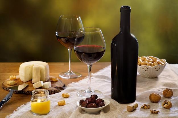 Stilleven met wijn en kaas