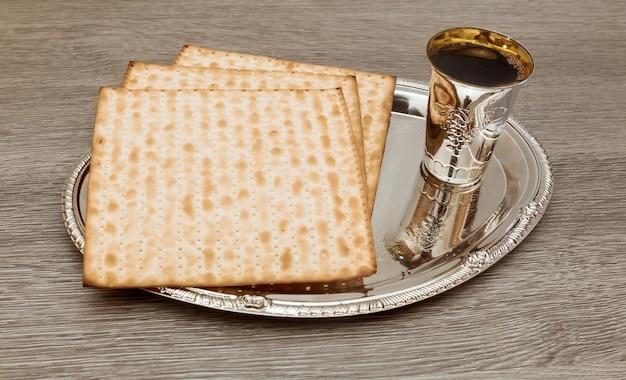Stilleven met wijn en matzoh joods paasbrood