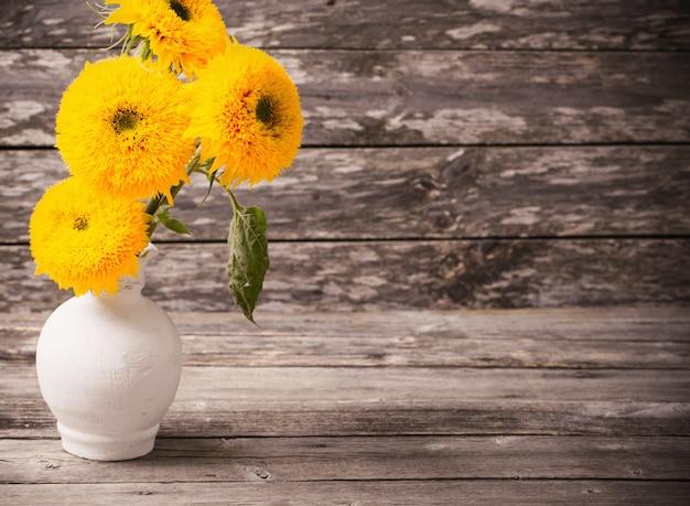 Stilleven met zonnebloemen op houten achtergrond