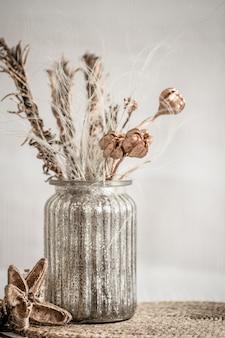 Stilleven mooie vaas met gedroogde bloemen.