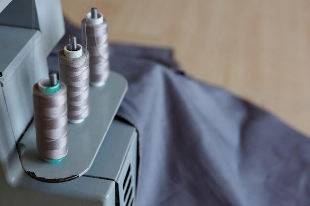 Stilleven. naaibenodigdheden. overlock naaimachinedraden en stof