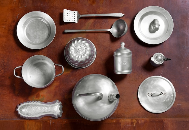 Stilleven opstelling van aluminium keukengereedschap
