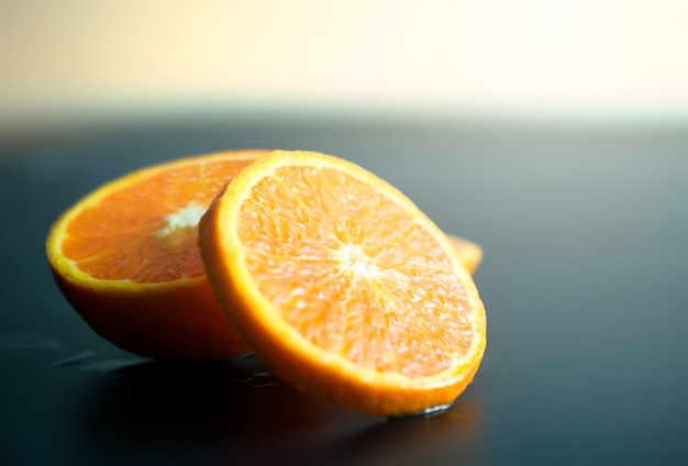 Stilleven oranje plakfruit op donker. mandarijnen plak