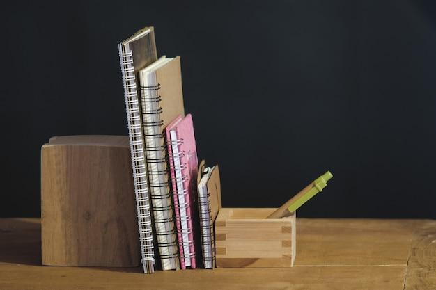 Stilleven oud handboek op tafel.