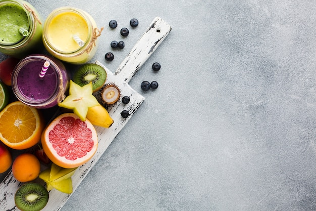 Stilleven smoothie potten op snijplank