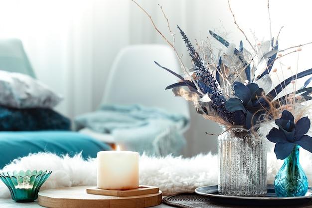 Stilleven vaas met kunstbloemen in de woonkamer.