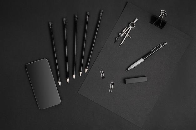 Stilleven van black branding met smart op tafel