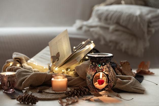 Stilleven van brandende kaarsen, boeken over truien