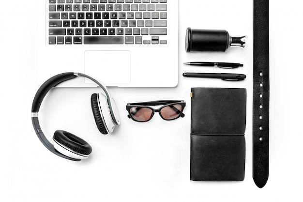 Stilleven van casual man. moderne mannelijke accessoires en laptop op wit