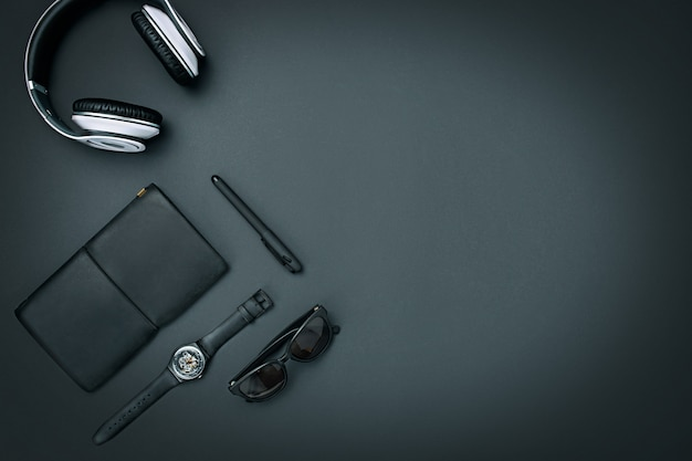 Stilleven van casual man. moderne mannelijke accessoires op zwart