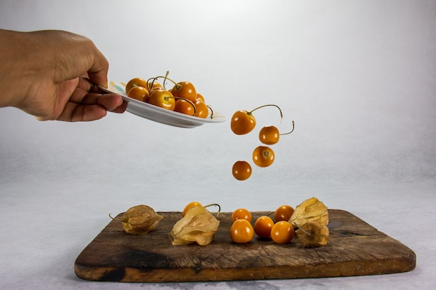 Stilleven van exotische peruaanse vruchten cherimoya en uchuva aguaymanto uvilla granadilla guaveboom tomaat