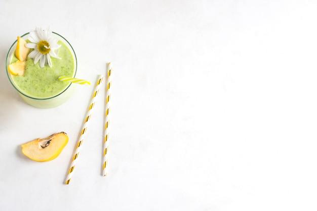 Stilleven van heerlijke groene smoothie