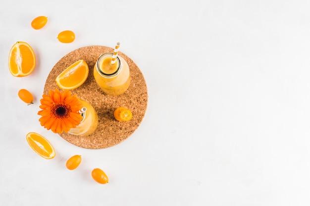 Stilleven van heerlijke oranje smoothie