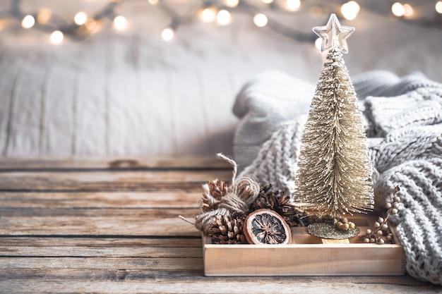 Stilleven van het kerstmis het feestelijke decor op houten achtergrond