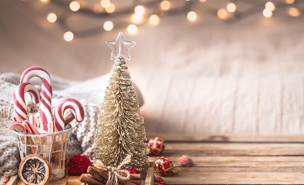 Stilleven van het kerstmis het feestelijke decor op houten lijst