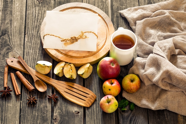 Stilleven van houten gebruiksvoorwerpen en appels. plaats voor tekst op de achtergrond
