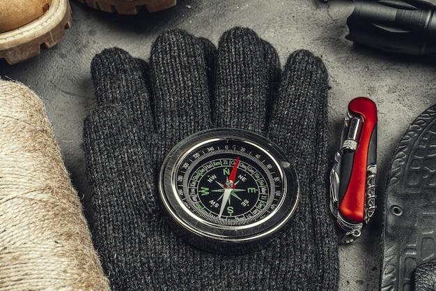 Stilleven van hulpmiddelen voor wandelen of reizen met kompas
