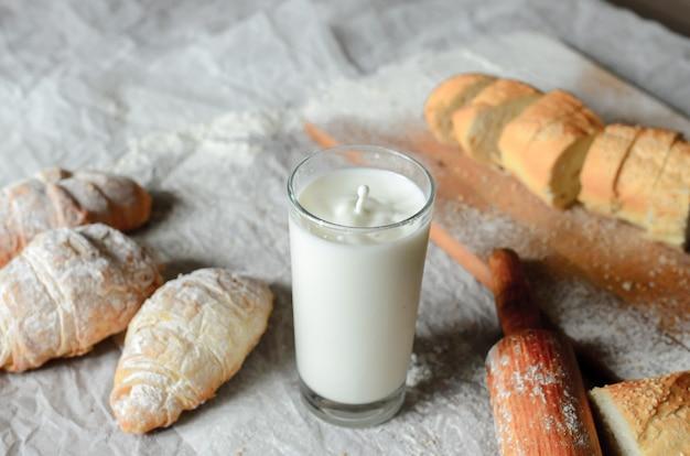 Stilleven van melk en broodproducten.