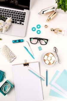 Stilleven van mode vrouw, bovenaanzicht van blauwe mode vrouw objecten op wit. concept van vrouwelijke mockup