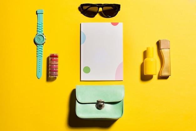 Stilleven van mode vrouw, objecten op geel