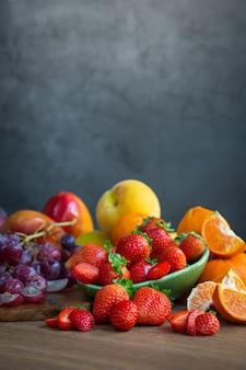Stilleven van vers seizoensfruit met roodachtige tonen