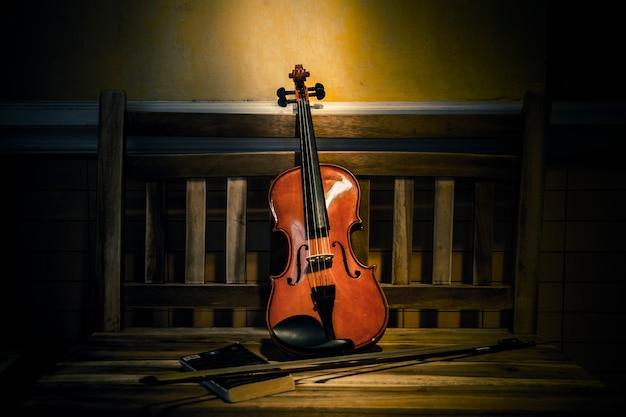 Stilleven van viool op oude boekenstijl