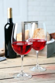 Stilleven van wijn, druivenmost, kaas en brood