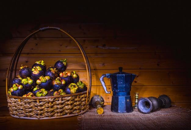 Stilleven voor met herfstvruchten druivenappel en mangosteen