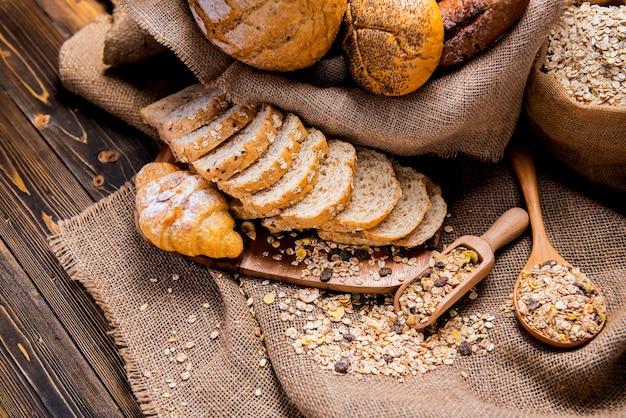 Stillevenfoto van brood en bakkerij in de rieten mand. amerikaanse en franse toast voor het koken van ontbijt.