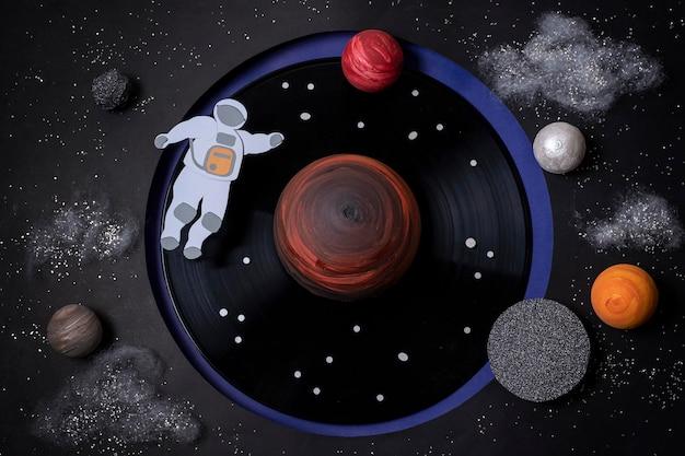 Stillevenruimtecompositie met witte astronaut