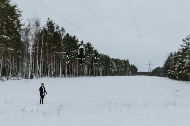 Stilstaand beeld van acres-debuutalbum lonely world. bekijk ze op acresofficial.com