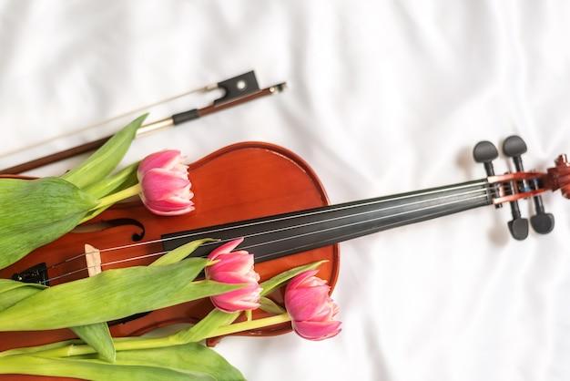 Stinkend bloeiend boeket op vioolinstrument