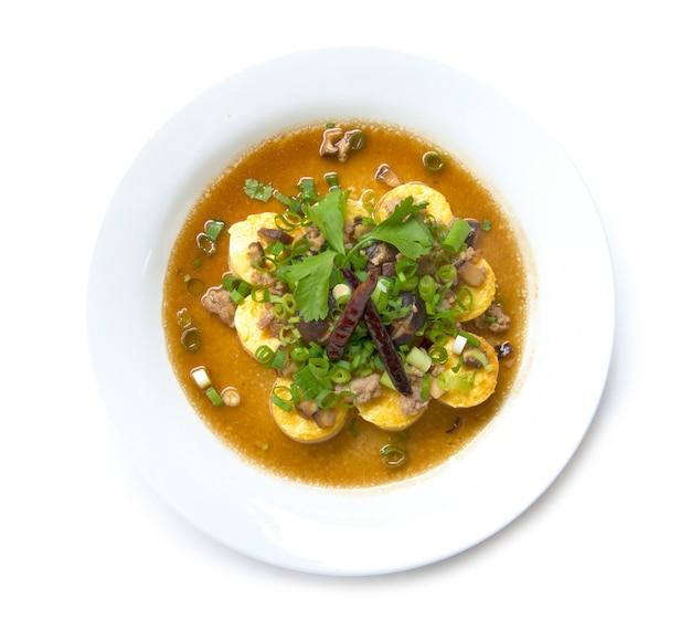 Stire gebakken tofu met varkensvlees en shitake mashroom op de top met lente-ui en jus saus thaise stijl bovenaanzicht geïsoleerd