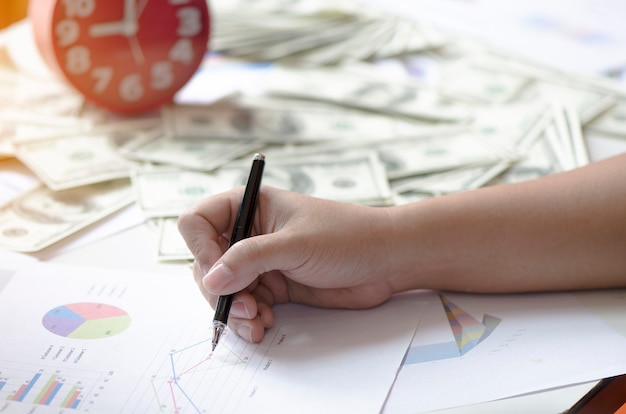 Stock grafiek rapport met pen en geld
