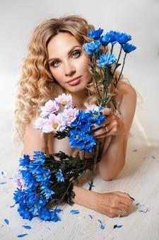 Stockfoto portret van aantrekkelijke blanke vrouw met make-up