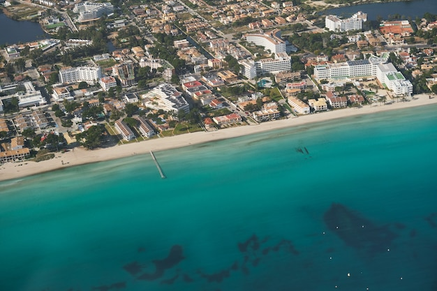 Stockfoto van een prachtig panoramisch uitzicht op de kust van een tour met lichte vliegtuigen.