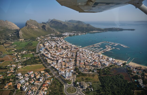 Stockfoto van een prachtig panoramisch uitzicht op de zee vanaf een tour met lichte vliegtuigen.