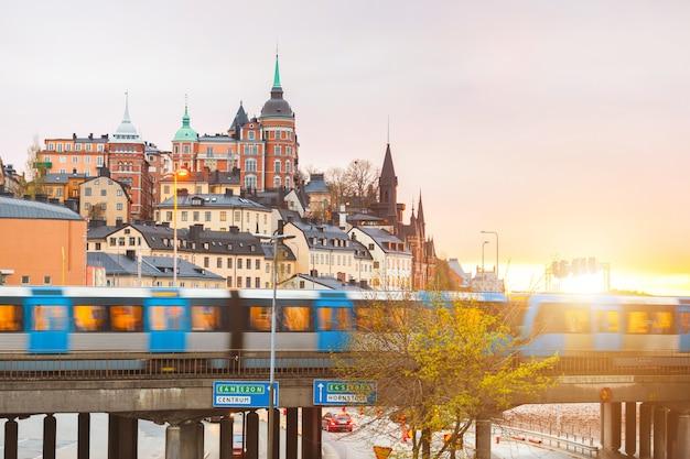 Stockholm, zicht op gebouwen en trein in de schemering