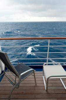 Stoel en een kruk op het dek van cruiseschip silver shadow, oost-chinese zee