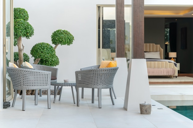 Stoel en tafel in het luxe huis
