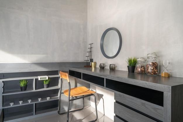 Stoel en tafel met decoratie in het huis