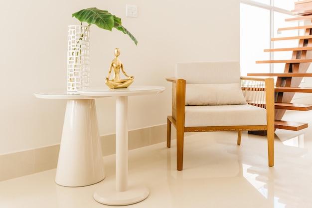 Stoel en tafel met moderne decoraties in een woonkamer