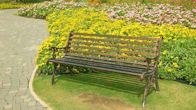 Stoel in de bloementuin in de zomer