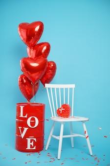 Stoel met een doos in de vorm van een hart en rode ballonnen