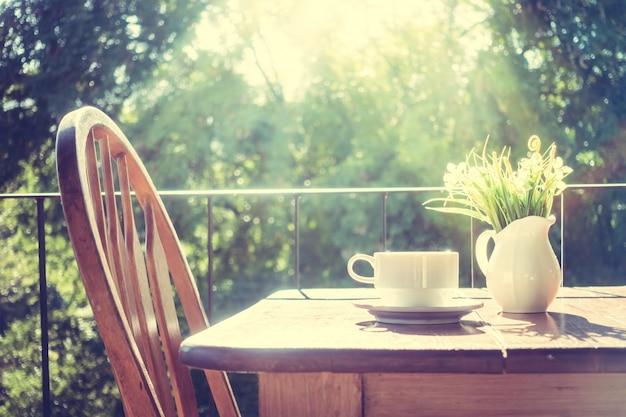 Stoel met een houten tafel bij zonsopgang
