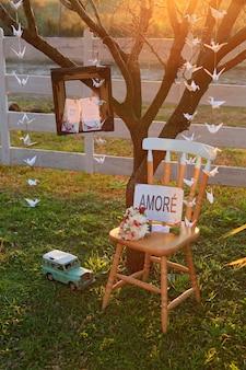 Stoel met liefdeteken en vintage fotolijst bij zonsondergang